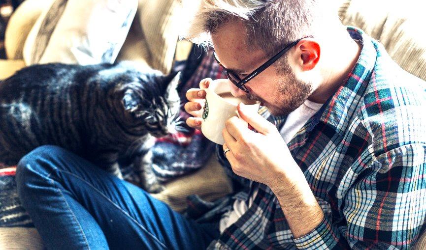 español con su gato
