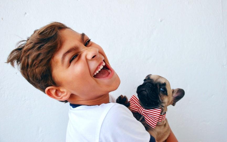 bienestar psicológico de un niño con perro